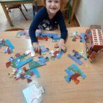 dziewczynka układa puzzle