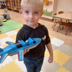 chłopiec z samolotem