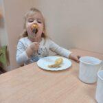 dziewczynka je śniadanie