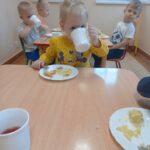 dzieci jedzą śniadanie