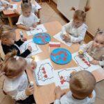 dzieci przy stoliku malują