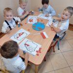 Dzieci wyklejają mape