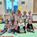 grupa dzieci z balonami