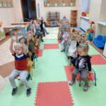 przedszkolaki z zabawkami