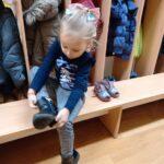 dziewczynka ubiera buty