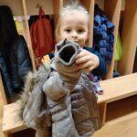 dziewczynka ubiera kurtkę