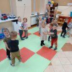dzieci tańczą ze sobą