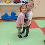 chłopiec i dziewczynka tańczą