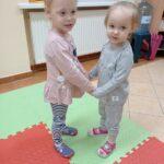 dziewczynki tańczą ze sobą