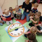 przedszkolaki z zegarem