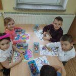 Dzieci kolorujące obrazki