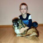 Chłopczyk ze swoim psem