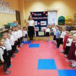 Dzieci i nauczyciel w rzędzie