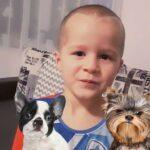 Chłopczyk ze swoimi psem