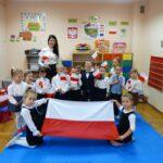 Dzieci i nauczycielka z flagą