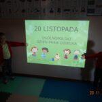 Dzieci wskazują na prezentacje