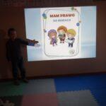 Chłopiec wskazuje na prezentacje