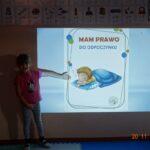 Dziewczynka wskazuje na prezentacje