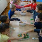 Dzieci wybierają kulki