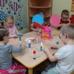 Dzieci robiące różdżki