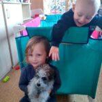Dziewczynka ii chłopczyk ze swoim psem
