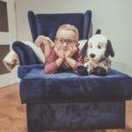 Chłopczyk ze swoim pluszowym psem