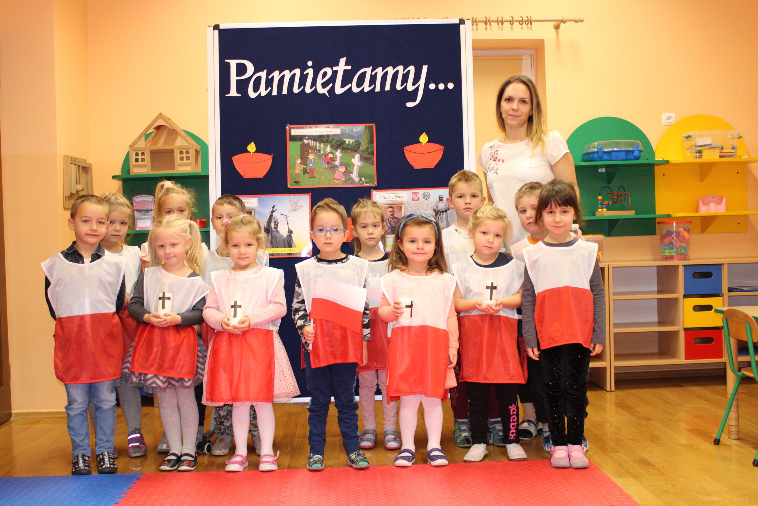 Dzieci w grupie z nauczycielem