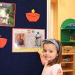 Dziewczynka wskazuje na zdjęcie