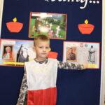 Chłopiec wskazuje na zdjęcie