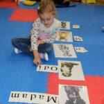 Dziecko układa słowa