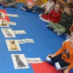 Dzieci z ułożonymi słowami