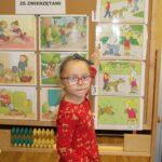 Dziewczynka wskazuje na rysunek