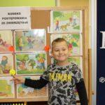 Chłopiec wskazuje na rysunek