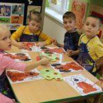 Dzieci kolorują kolorowanke