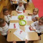 Dzieci kolorują obrazki
