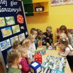 Grupa dzieci z planszówkami