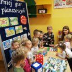 Grupa dzieci i nauczycielek z planszówkami