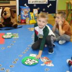 Dzieci graja w gre