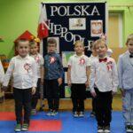 Dzieci przy tablicy z obrazkami