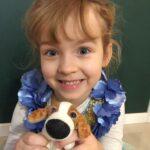 Dziewczynka ze swoim pluszowym psem.