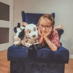 Dziewczynka ze swoim luszowym psem