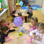 Dzieci robiące czapeczki