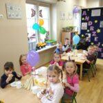 Dzieci jedzące podwieczorek