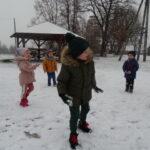 przedszkolaki w bitwie na śnieżki