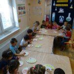dzieci przy stołach
