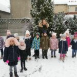 przedszkolaki na śniegu