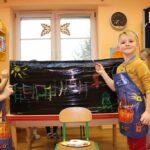 Chłopcy malują farbami na czarnej folii