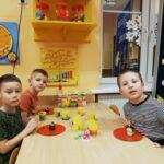 Chłopcy ze swoimi pracami z ciastoliny