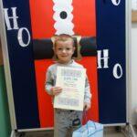 Chłopiec z dyplomem