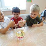 dzieci obserwują doświadczenie